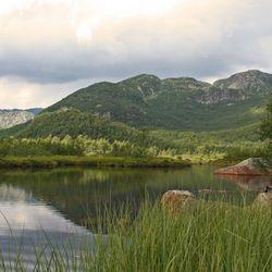 Zonnestraal in uitgestrekt Noors berglandschap