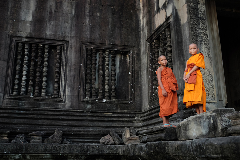 Boeddhistische monniken - Twee jonge boeddhistische monniken in Angkor Wat, Cambodja. <br /> <br /> www.bartbrouwerphotography.com