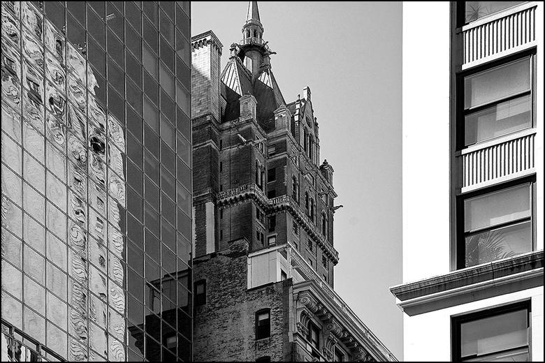 New York 03 - New York is een stad van heel wat uitersten naast elkaar. En dat geld zeker ook voor architectuur. Wanneer menigeen aan deze bruisende s