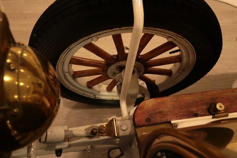 Het wiel van een Spijker - Het wiel van een oldtimer de 'Spijker' in de showroom van Autotron Exclusive te Rosmalen