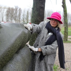 Britt-Marie Lindgren bij sculpture De Lippen van Britt