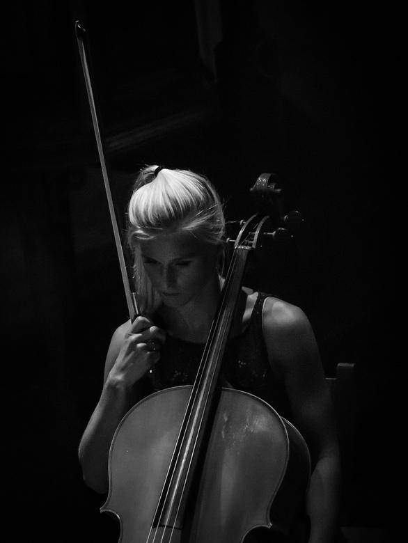 Celliste - rust en concentratie.... - Ook deze foto is (van grote afstand) genomen tijdens een klassiek concert in het kerkje van Den Hoorn op Texel.