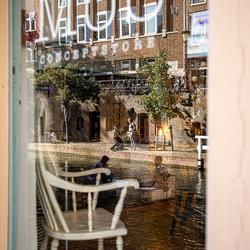 Reflectie van de Oudegracht in winkelpand