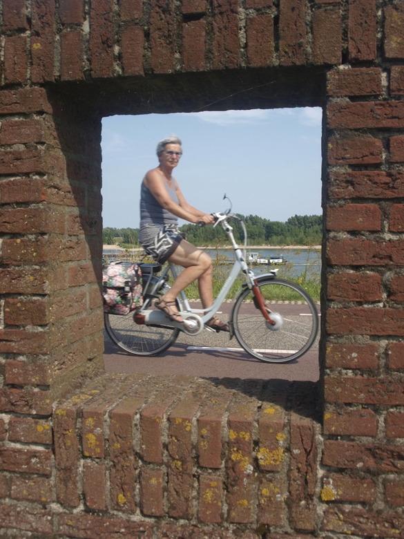 door kijkje - fietser op de Rijn dijk bij fort pannerden