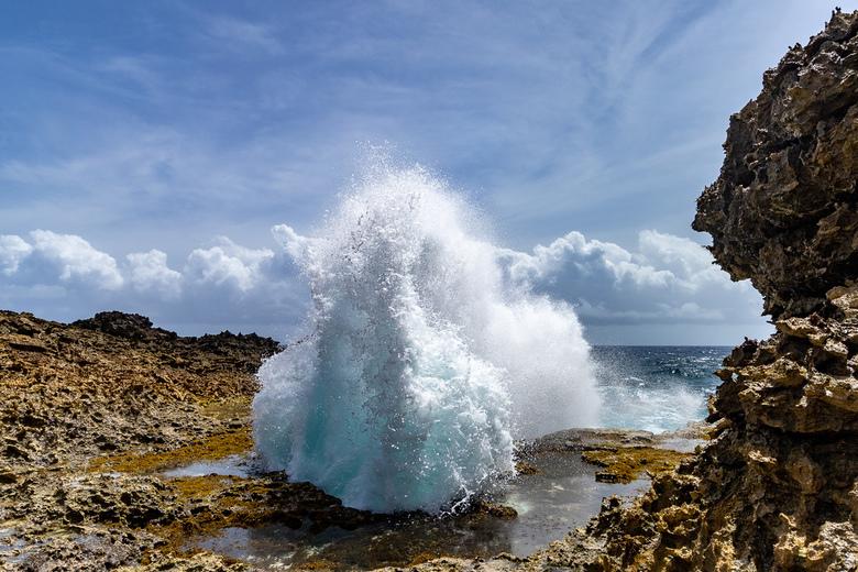 Fonteinen van zeewater - Het nationaal park Shete Boka op curaçao heeft ook prachtige fonteinen van zeewater die onverwacht omhoog schieten