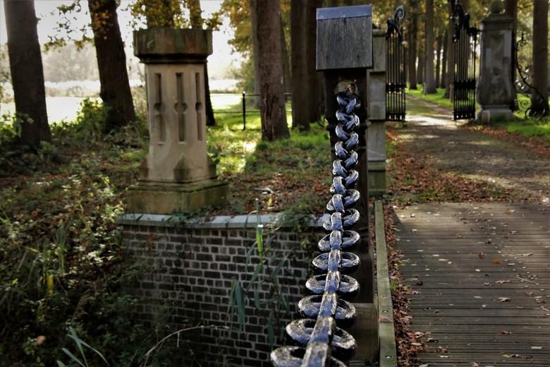 poort ketting - ingang van Kasteel Heeswijk<br /> slotgracht met brug en poort<br /> 3-11-2020