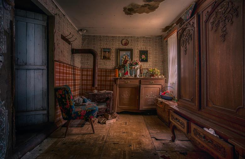 Welcome home - Een verlaten klein huisje is een klein dorpje ergens in luxemburg. wegzakkend in de grond gaat deze plek zijn geheimen mee ten onder ne