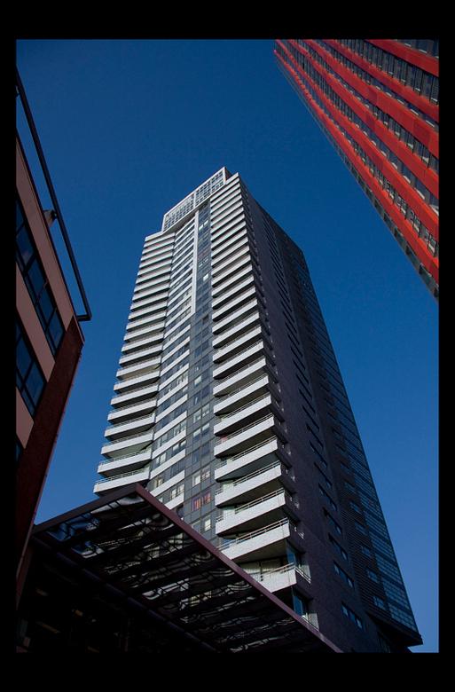 Rotterdam 1 - Er volgt nu een serie foto&#039;s uit Rotterdam en heus niet allemaal over architectuur.<br /> <br /> Het rode gebouw rechts heeft gee