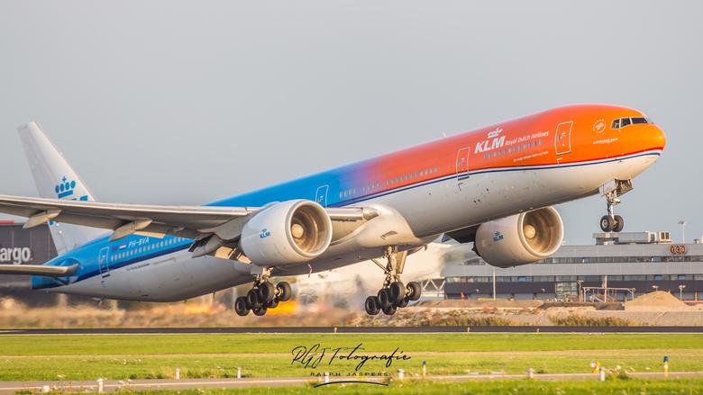 KLM Orange Pride - KLM B777 Orange Pride tijdens zonsondergang<br /> <br /> Nikon 70-200mm f2,8G VRII