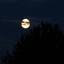 Foto van de maan met bewolking