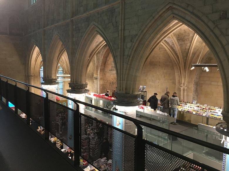Lees eens een boek.... - Een bijzondere boekhandel in Maastricht, gevestigd in een 700 jaar oude Dominicaner kerk.