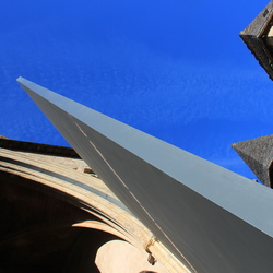 kerkdeur tegen de blauwe lucht in Scarlat
