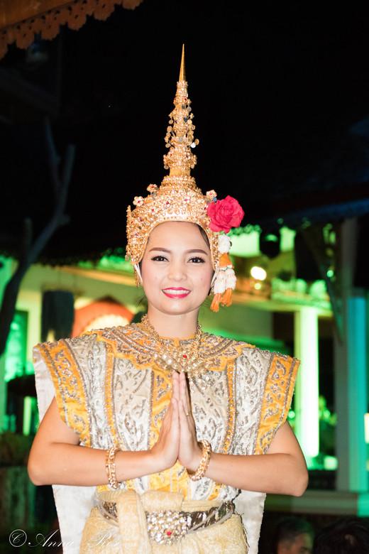 Indonesische danseres - Een mooie dame in prachtige klederdracht bij een dansdhow in Indonesië, ze wilde graag even poseren voor de camera!
