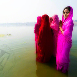 Gebed in Ganga, Varanasi (India)