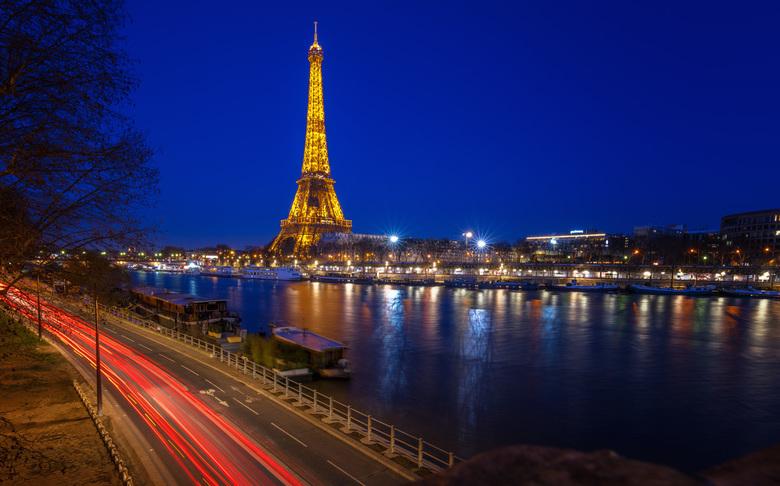 Paris by Night - Parijs, ook wel bekend als de 'city of lights'. Na een middag straatfotografie gewacht op het blauwe uurtje met dit mooie u