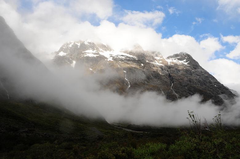 Bergen - Uitzicht op bergen onderweg naar Milford Sound, Nieuw Zeeland