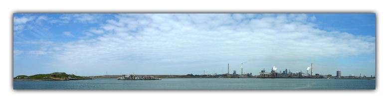 IJmuiden - Panorama van 4 foto&#039;s gemaakt vanaf de kop van IJmuiden, links ligt het forteiland van Ijmuiden en rechts Corus.<br /> <br /> Halver
