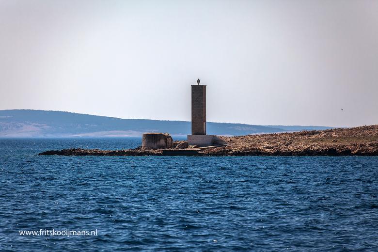Baken in zee op een eiland voor eiland Krk - 201507219373 Baken in zee op een eiland voor eiland Krk