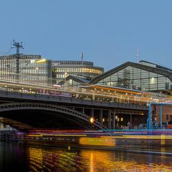Berlijn - rivier de Spree met S-Bahnhof Friedrichstraße