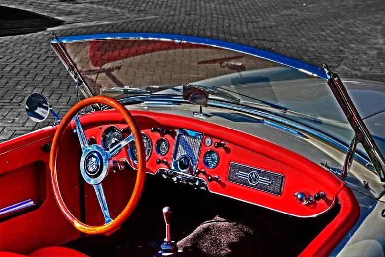 Extreme colors - MGA 1950 interieur HDR gemaakt, ge-tonemapped. Daarna in Photoshop de omgeving nog grijstinten gegeven. <br /> De een vindt het mooi