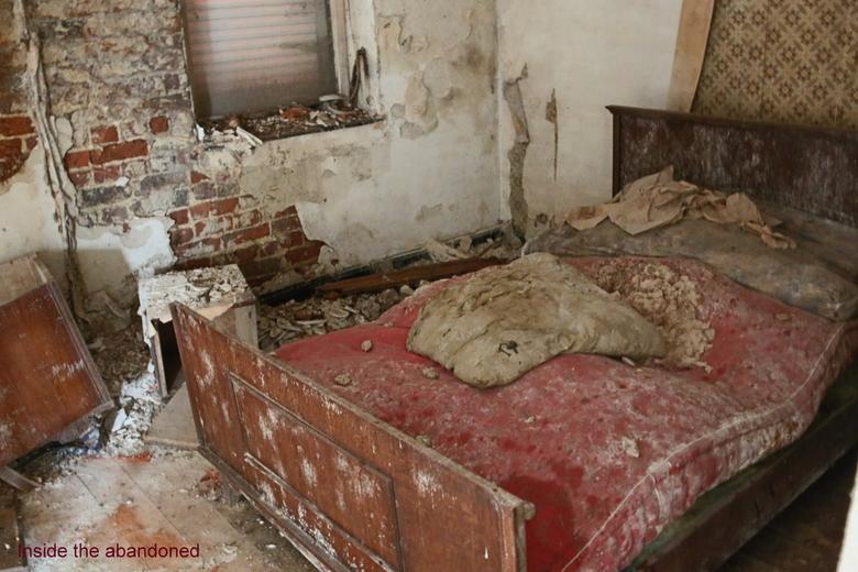 Maison Felix - Decay bed in een verlaten huisje ergens in belgie, er was niet zoveel meer te zien, maar deze slaapkamer maakte alles goed, wel een hel