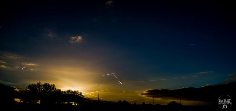 Condenssporen - Mooi de condenssporen van vliegtuigen te zien na een zonnige dag.