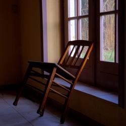 Een stoel op 2 poten