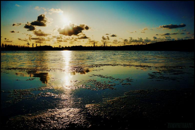 'Op naar morgen' - De avondzon zakt langzaam naar beneden in 'Bentwoud'.