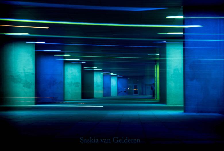 Lichtflitsen - Ik vond het licht in het tunneltje een uitgelezen moment om een beetje te spelen met de sluitertijd, en om letterlijk wat beweging aan