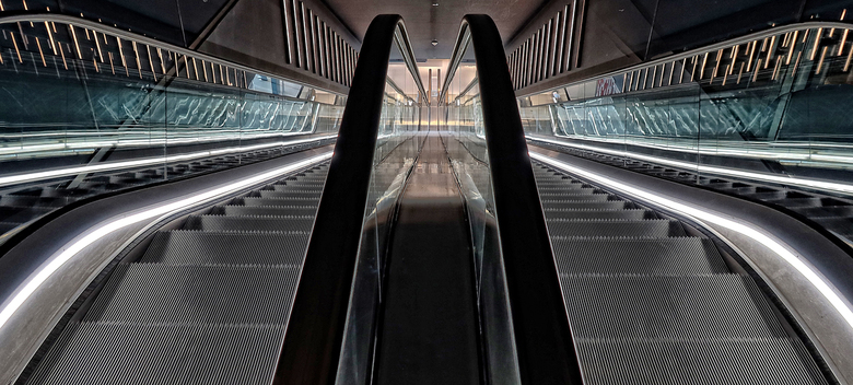 Roltrappen - De 2 roltrappen, gezien vanaf de hoogste verdieping van het Forum in Groningen.