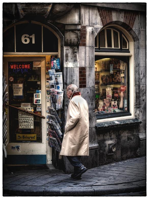 Naakt voor gevorderden! - Man bezoekt sexshop in de Warmoesstraat.  Deze foto is gemaakt in navolging van een eerder geplaatste foto (Naakt voor begin