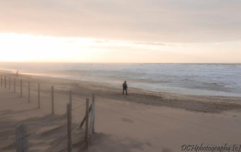 Lonesome walker - Door het opstuivend zand kreeg je zachte structuren op het strand. De zee stond heel hoog bij de Westerstorm van afgelopen woensdag