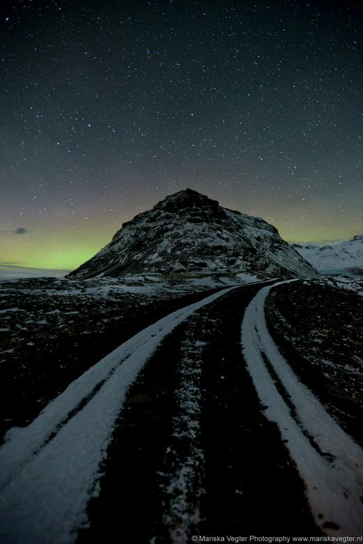 Road to heaven - De weg naar de hemel leid naar miljoenen sterren.   Na een zware storm bleek alle sneeuw weggewaaid, alleen het sneeuw waar over gere