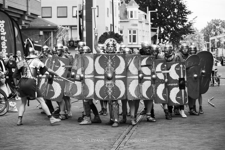 Daar komen de Romeinen. - Romeins festival.  Omgezet naar zwart wit.
