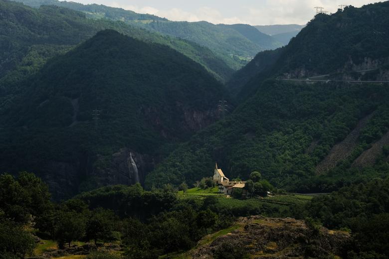 Landschap in Südtirol, St. Daniëlskerkje - uitzicht vanaf Castelfeder bij Auer in Zuid Tirol. Op de foto zie je het kerkje St Daniël en een waterval v