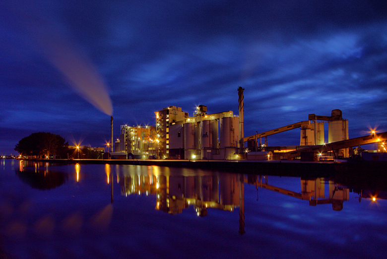 Nedmag bij avond - Nedmag is een fabriek in Veendam.<br /> Ik heb de foto gemaakt op 2-10-2009.<br /> <br /> Het is een hdr opname.