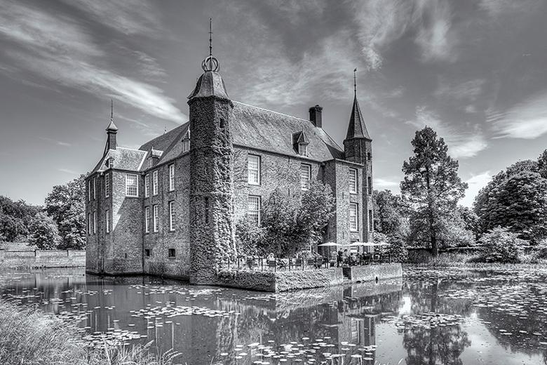 Slot Zuylen - Vandaag naar Slot Zuylen geweest. Een erg indrukwekkend kasteel. Dit is een hdr foto in z/w van drie verschillende belichtingen.<br />
