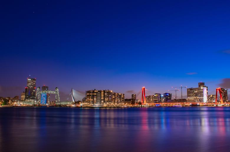 de Drie Bruggen - de skyline van Rotterdam met de drie belangrijkste bruggen van de stad.<br /> <br /> tijdens het blauwe uurtje