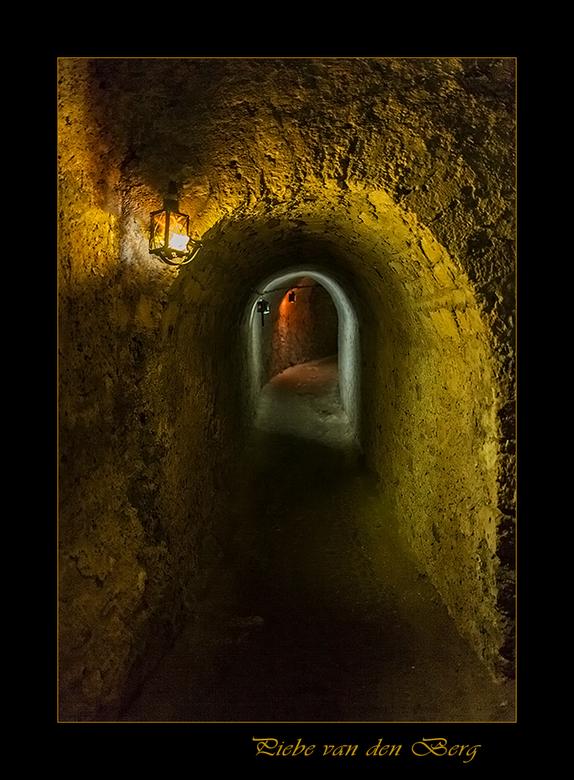 Onder het kasteel - Hierbij een foto van onderaardse gangen van kasteel Meung-sur-Loire. Hier werden nog gevangenen gemarteld.<br /> <br /> Piebe