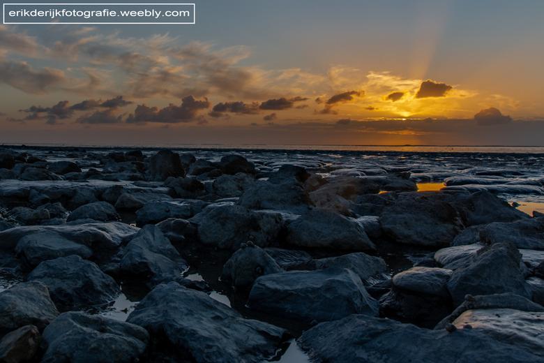 Het wad - Zonsondergang onder aan de dijk bij het wad. Bij het plaatsje Wierum in Friesland.