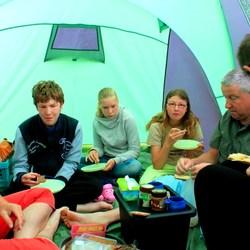 Met 7 pers gezellig onbijten in de tent