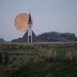De bloedmaan achter het kerkje van Den Hoorn.