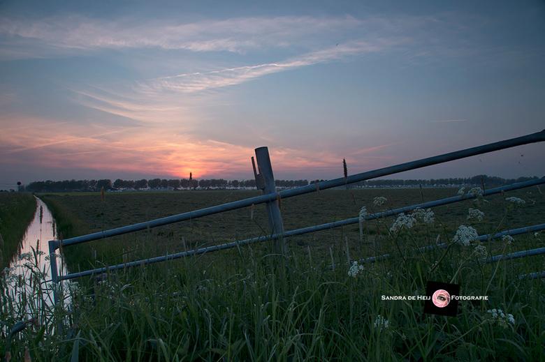 Sunset over the meadow - Dilemma dinsdag. Afgelopen vrijdagavond fotografeerde ik de zonsondergang in een weiland bij Dorkwerd (een gehucht bij Gronin