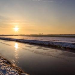Zonsopkomst over het winterse Groninger land.