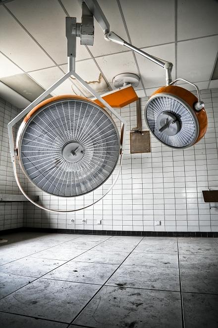 Operating lights - Hdr opname van chirurgische lampen in een verlaten ziekenhuis