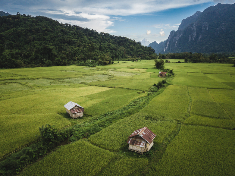 Laos - De omgeving van Vang Vieng in Loas leent zich perfect voor een dagtrip op de fiets of scooter. Dit mooie vergezicht is gefotografeerd met een d