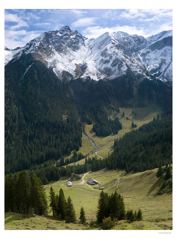 Golm - Golm gebergte in Oostenrijk. Een bergwandeling naar de Lindauer hütte.<br /> Een verticale panoramafoto van drie opnamens. In het groot zien.