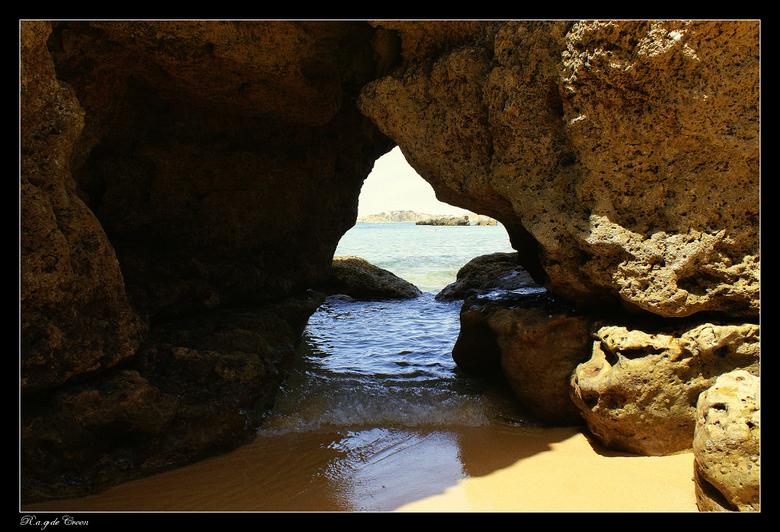 Doorkijk.............2 - foto van rotspartij langs kust van Albufeira  Portugal.