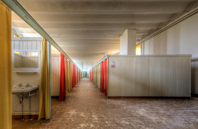 Iedereen stil op de gang... - Een foto van de slaapzaal van een voormalig Klooster met Meisjesinternaat. Achter alle gordijntjes hadden de meisjes hun