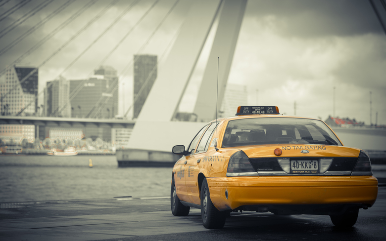 Taxi... - Een Amerikaanse yellowcab betrapt in Rotterdam